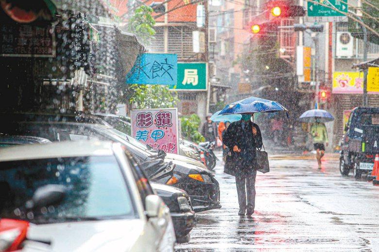 冬天潮溼容易下雨,許多人會把衣服晾在室內。但室內曬衣等於慢性自殺,真的嗎? 圖/聯合報系資料照