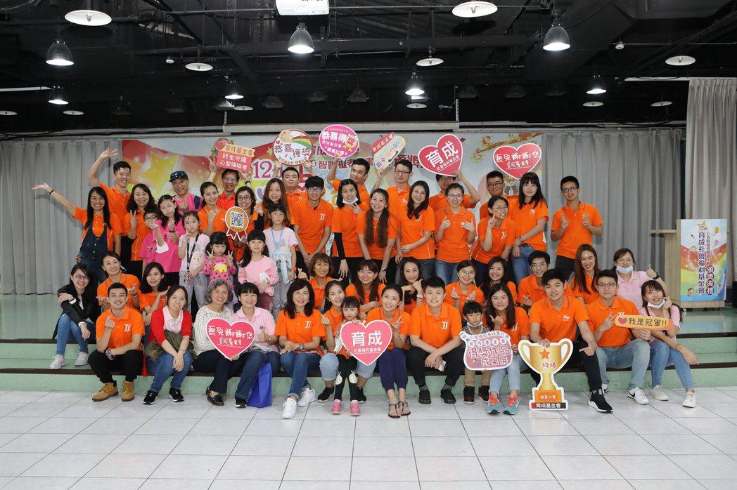 中國人壽連續12年贊助育成基金會「心智障礙者繪畫比賽」,提供憨兒們實現夢想的專屬...