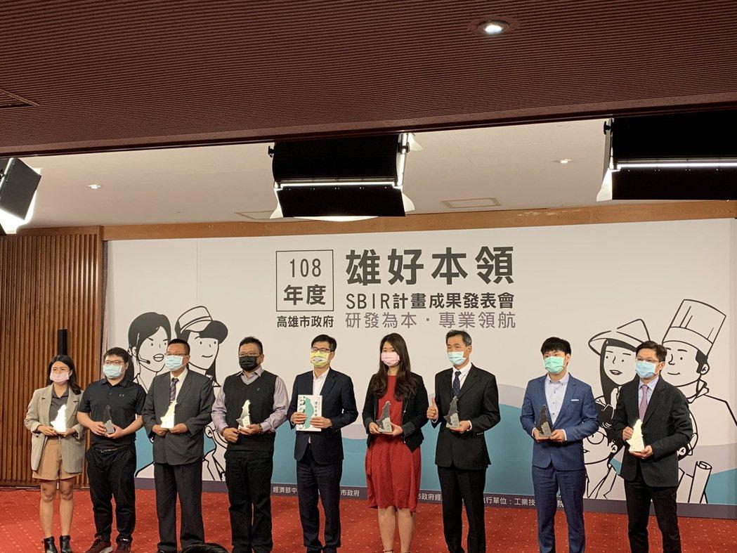 高雄市長陳其邁(左五)與廠商合影。 優尼克/提供