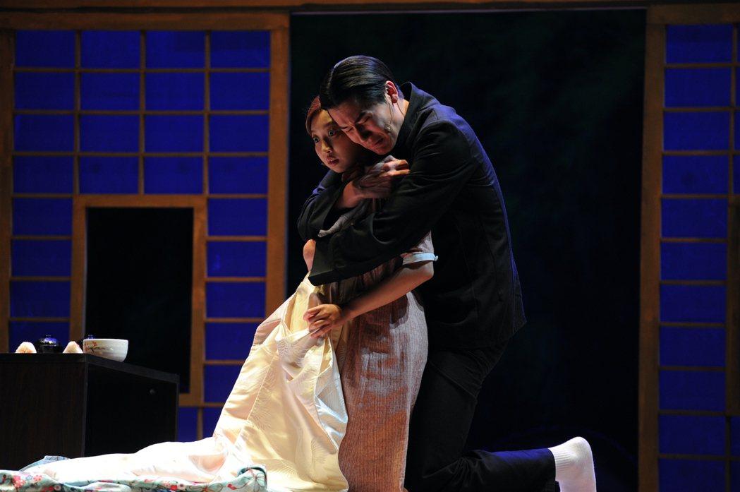 日籍藝人風田(右)在舞台劇「一夜新娘」中飾演與妻小分隔兩地的日本軍官,走路、講話