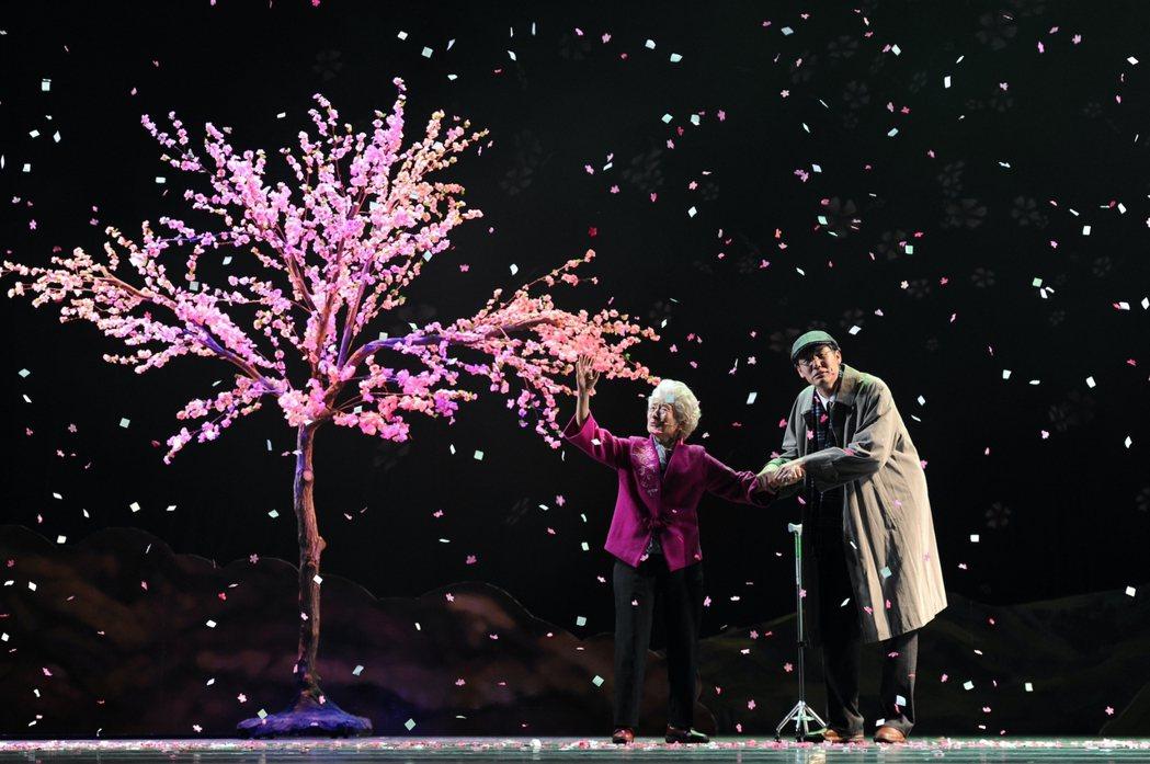在故事工廠舞台劇「一夜新娘」中,日籍藝人風田(右)與資深演員譚艾珍(左)有精彩對...