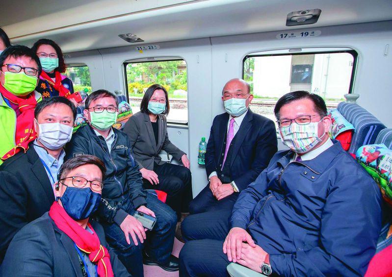 蔡英文總統(右三)等人主持南迴鐵路電氣化通車儀式後,試乘專車到太麻里。圖/劉櫂豪提供