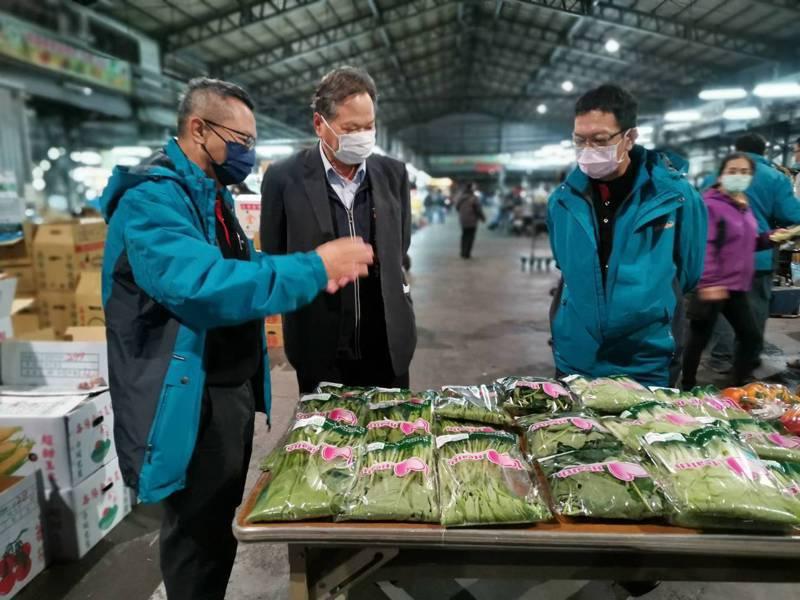 台中市農業局長蔡精強(左二)昨到台中果菜批發市場,查驗新設完成的農藥殘留質譜快篩儀器。圖/台中市農業局提供