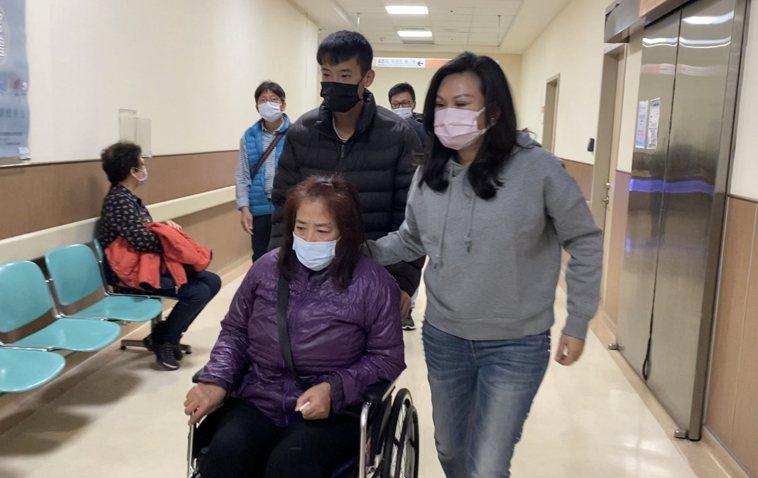 女護理師家屬今天到醫院接回她。記者修瑞瑩/攝影