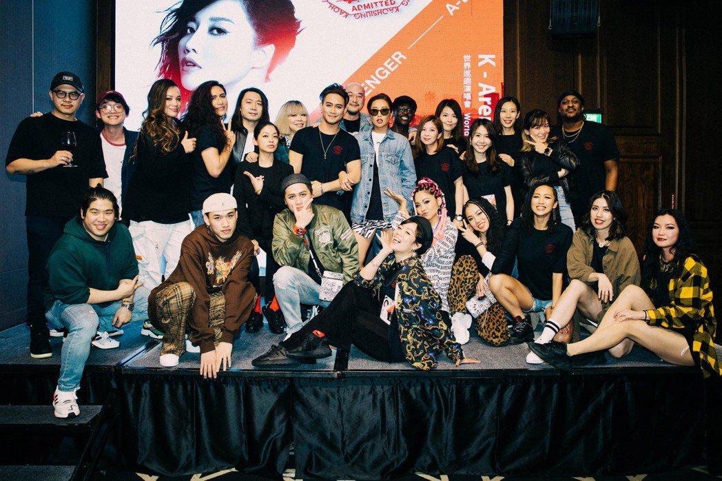 A-Lin(中)結束高雄站演唱會,與工作人員開心合影。圖/宜辰整合行銷提供