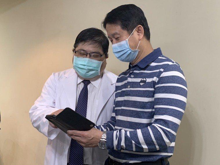 輔英科技大學附設醫院眼科醫師洪啟庭(左)表示,以往知識對於造成人類眼疾的致病因,...