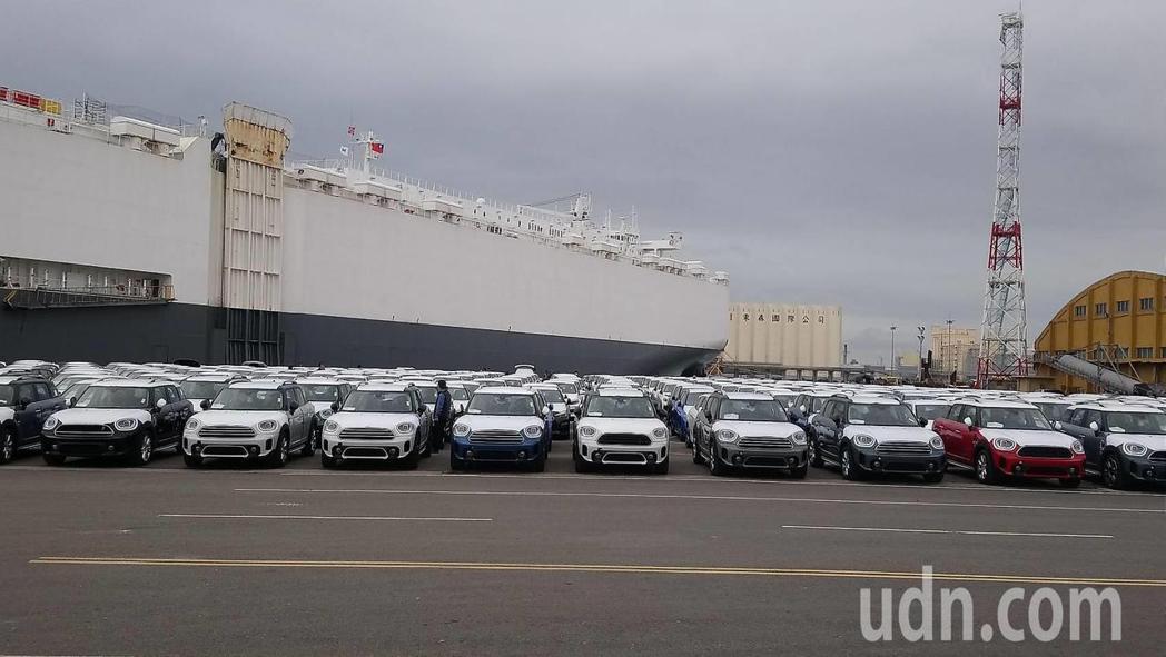 高級進口車3000輛共99億,今天抵達台中港 ,創下台中港開港44年紀錄。記者游...