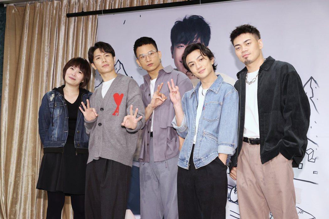 韋禮安(左二)與演唱會導演馨儀(左)、嘉賓茄子蛋開心慶功。記者曾原信/攝影