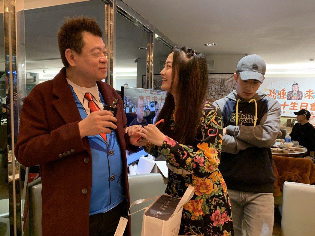 孫德榮(左起)過生日,過去「喬傑立」旗下藝人趙小僑、JR祝壽。圖/修毅提供
