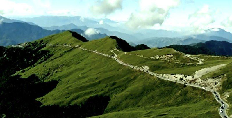 民國44年間中橫測量隊徒步翻山越嶺,規劃出現今横貫公路路線。圖/取自築路英雄微電影