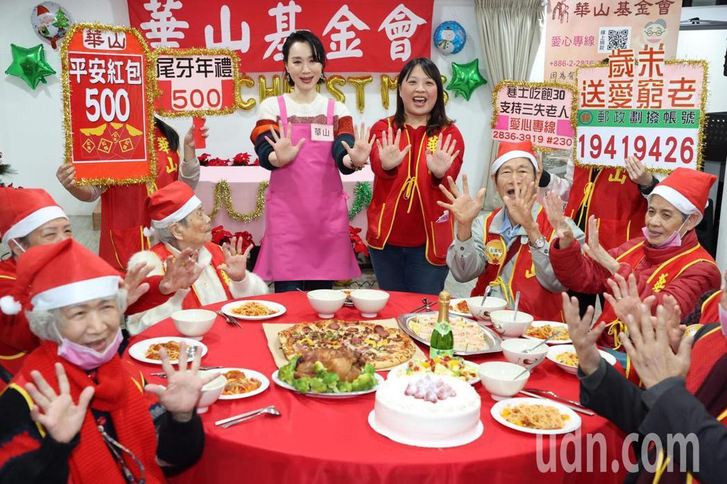 坣娜(左三)親自現場烹調義大利麵,與長輩分享。記者黃義書/攝影