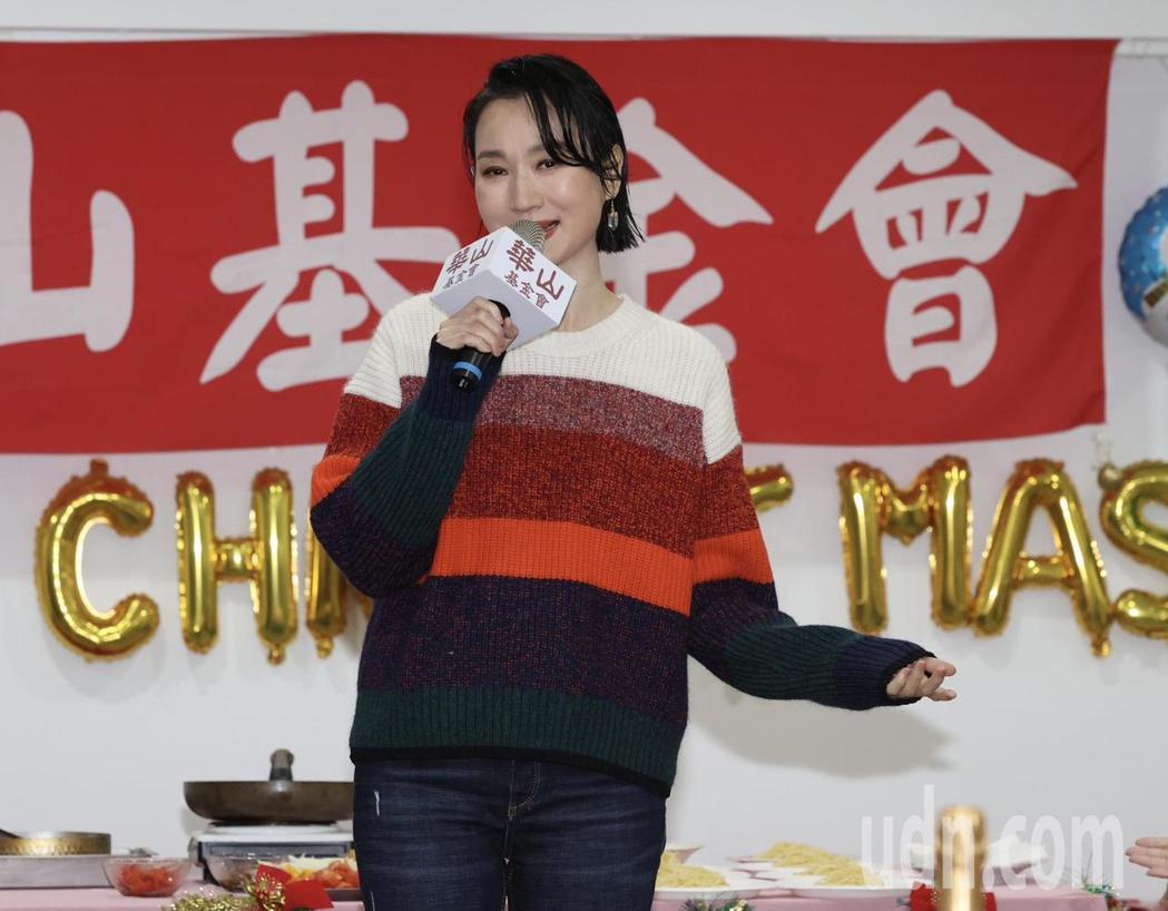 歌手坣娜擔任華山公益大使,為長輩獻唱。記者黃義書/攝影