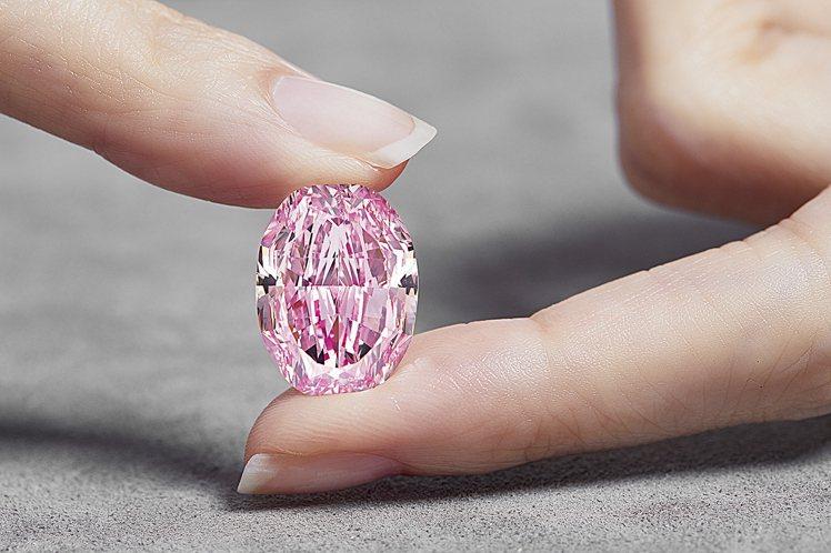 蘇富比年度10件最高價拍品中,唯一一件非藝術家作品的是珠寶類別中的「玫瑰花韻」1...