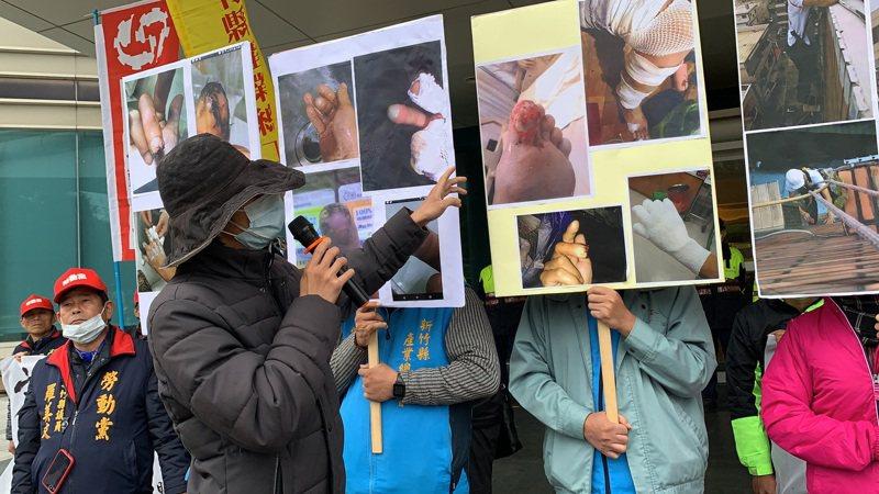 出面指控的勞工表示,在清洗外牆時被氫氟酸噴濺,導致手、腳灼傷。記者陳斯穎/攝影