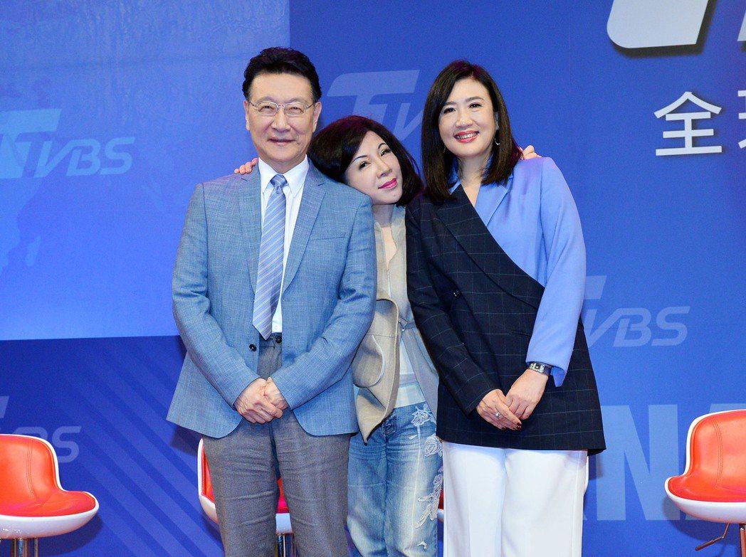 趙少康(左)與方念華(右)歡迎陳文茜加入TVBS。圖/TVBS提供