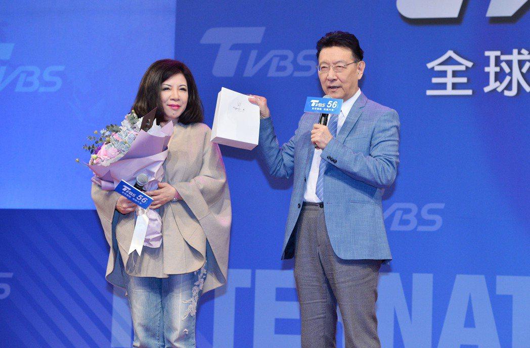 趙少康(右)送上陳文茜最愛的巧克力。圖/TVBS提供