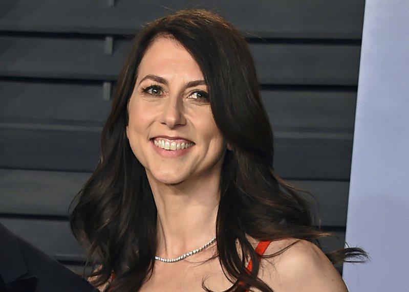 電商巨擘亞馬遜創辦人貝佐斯的前妻麥肯琪.史考特(如圖)15日宣布,向384個組織捐出近42億美元。她今年的捐款總金額近60億美元。美聯社