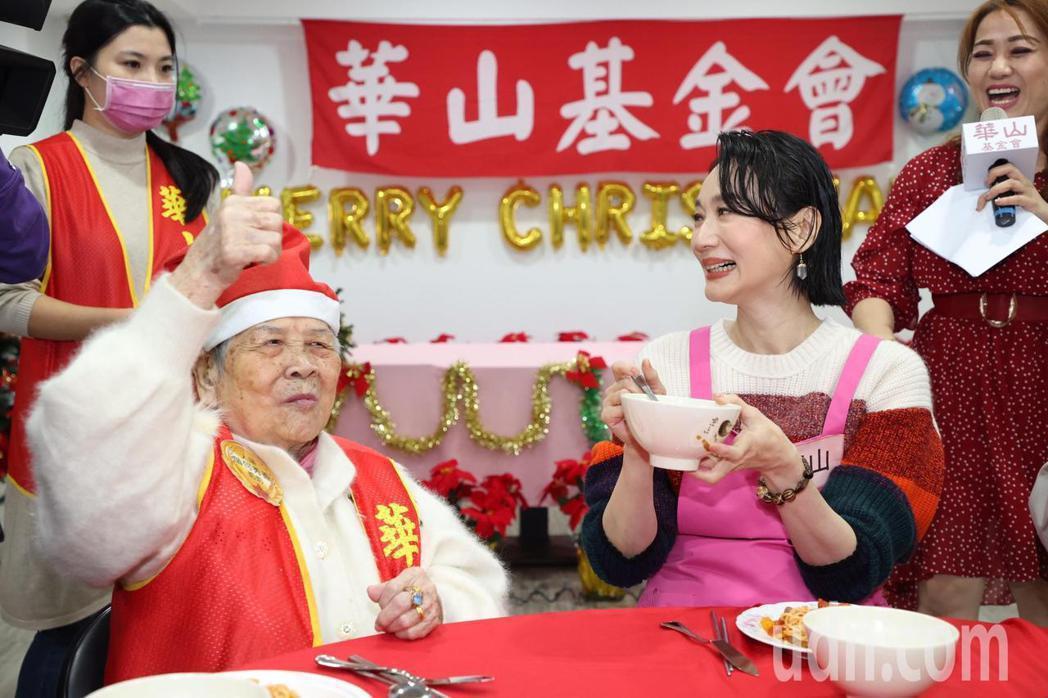 坣娜(右)與華山基金會的長輩們分享美食。記者黃義書/攝影