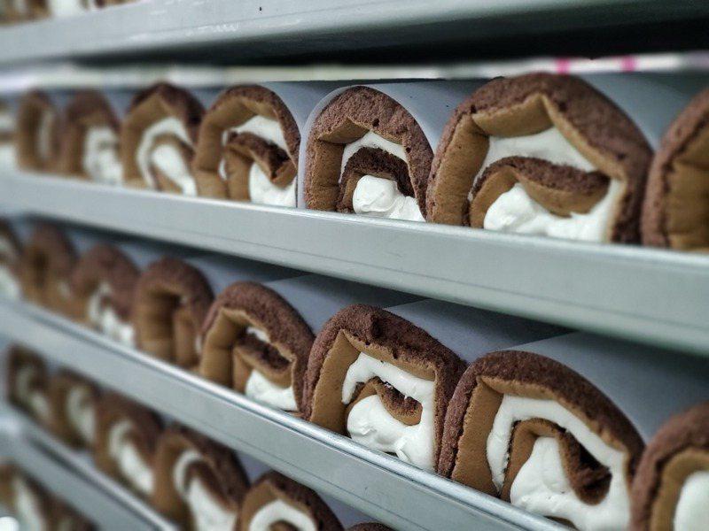 全聯「We Sweet」蛋糕好吃的秘密在於運用自動化打發機將蛋糕體升級並穩定品質,圖為平均一天產量可達 1.6 萬捲的瑞士捲。圖/記者何雅玲攝