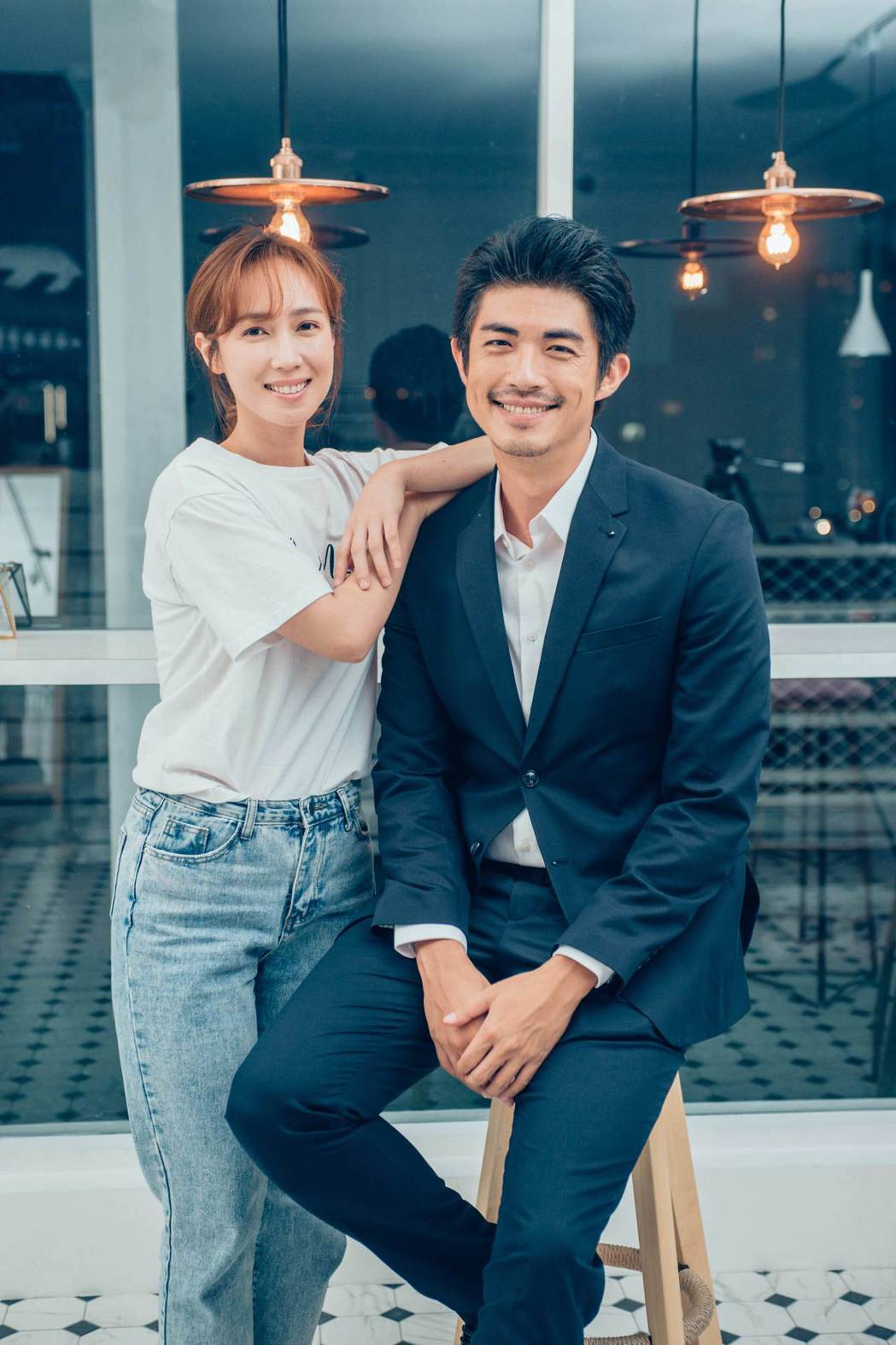 小薰(左)與梁正群合作MV。圖/杰威爾音樂提供