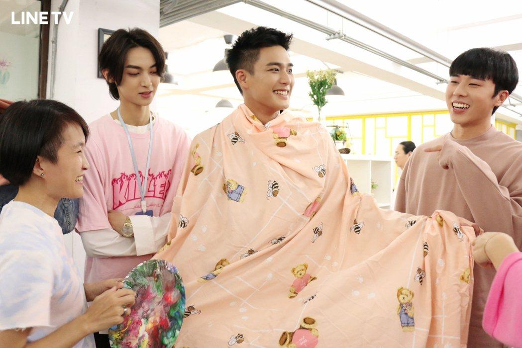安俊朋(右二)身披粉色床單玩DressCode。(圖/LINE TV提供)
