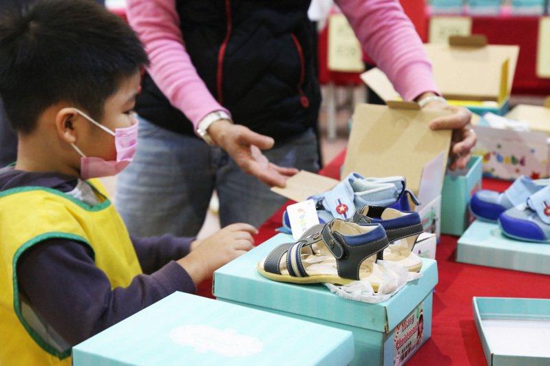 明新兒童發展中心學生現場挑選鞋子。圖/中和區公所提供