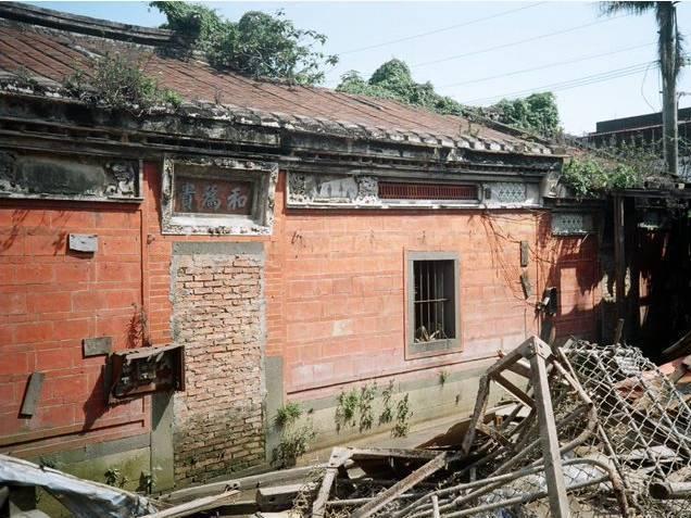 五股守讓堂異地重建之前,因無整理環境較髒亂、建築物老舊。圖/新北市文化局提供