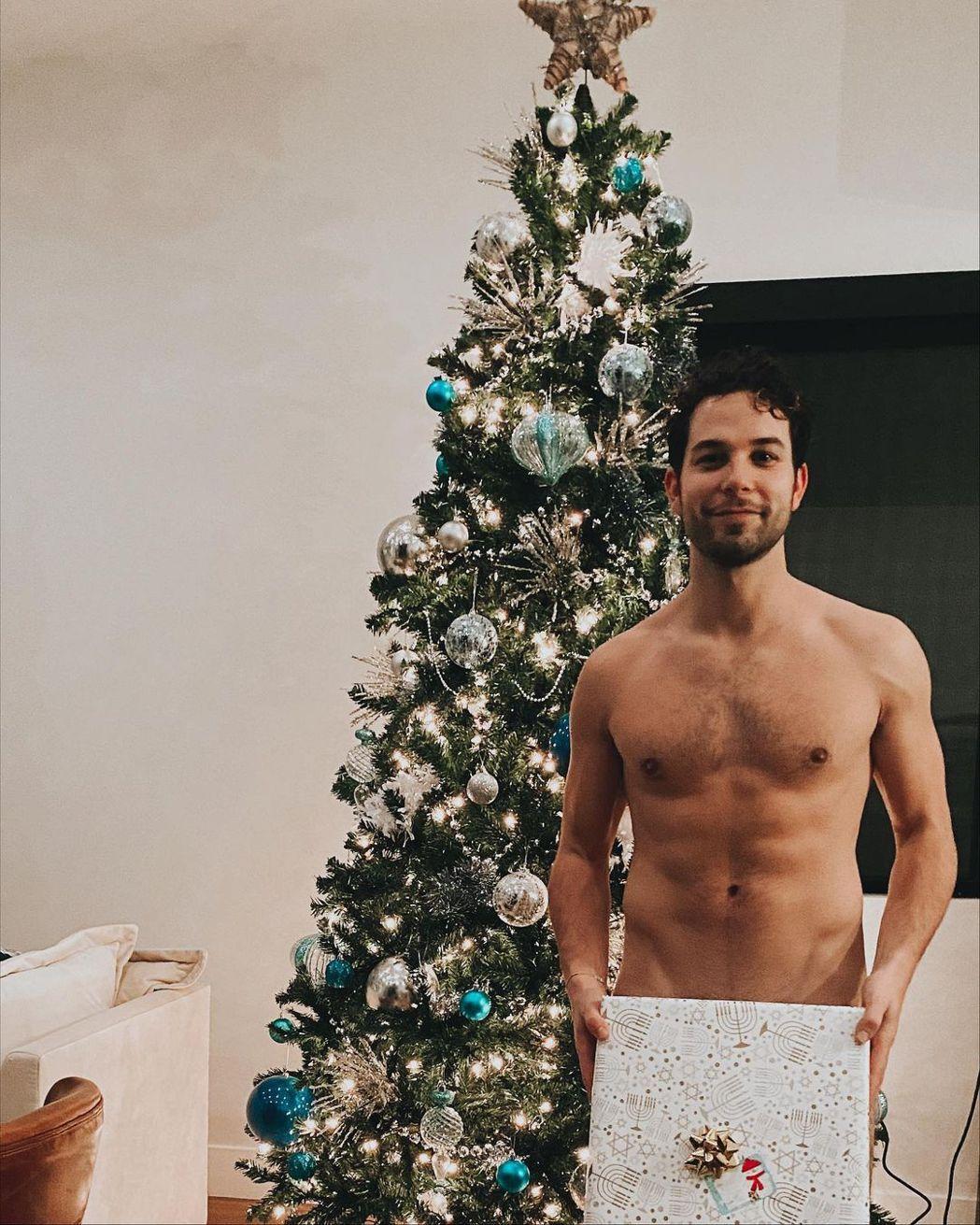 「歌喉讚」史蓋勒奧斯汀的裸照巧妙遮住「重點」。圖/摘自Instagram