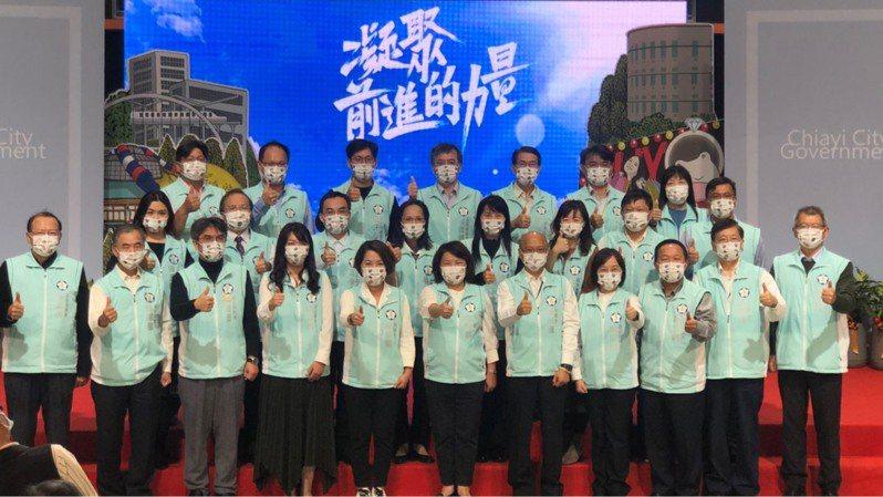 嘉義市長黃敏惠(前排中)昨主持施政2周年記者會,感謝市民共同努力。記者李承穎/攝影