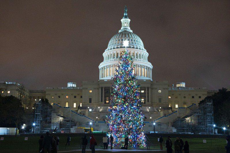 美國國會兩黨20日就規模9000億美元的紓困案達成協議。圖為20日國會山莊前的耶誕樹。(美聯社)
