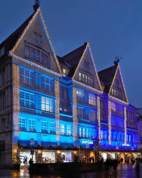 慕尼黑Oberpollinger百貨2020耶誕櫥窗裝置由BOSS與Justin...
