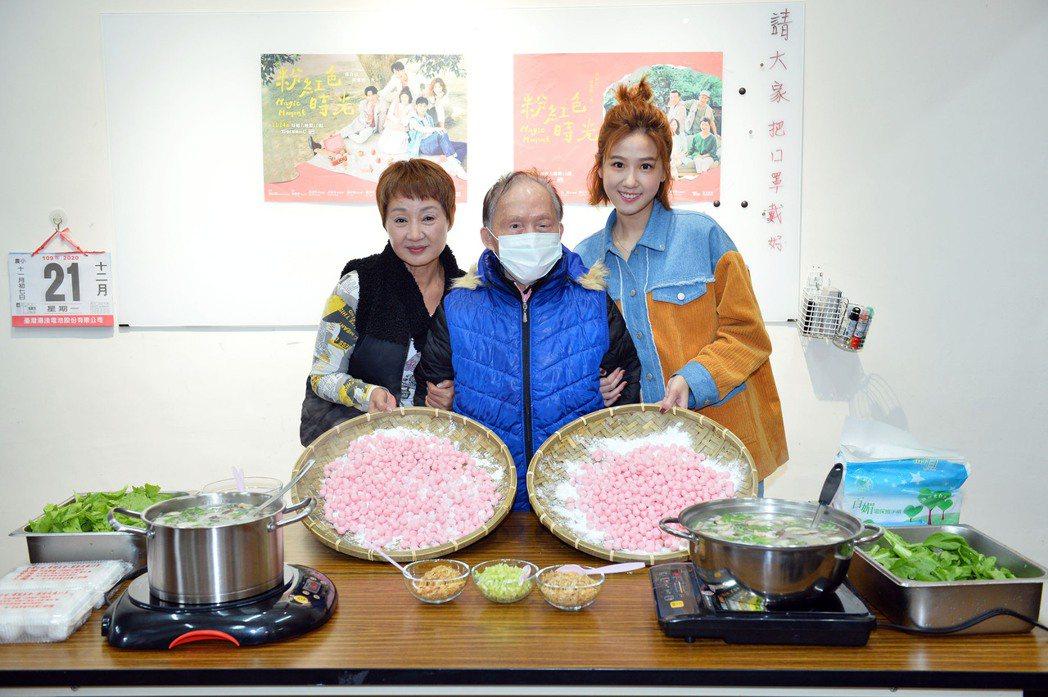 鮑正芳(左)、方志友(右)前往弘道基金會為獨居老人送暖做公益。圖/TVBS提供