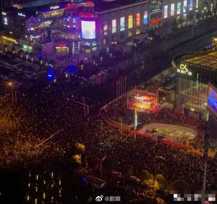 張韶涵公開演唱吸民眾圍觀,造成當地交通癱瘓,最後被工作人員強拉下台。圖/擷自微博