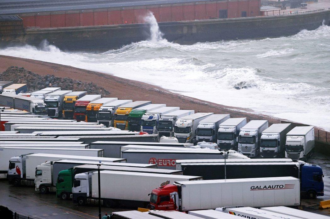 在禁令初始的24小時內,多佛港周邊就擠滿了超過6,000輛原本要登陸法國的貨運卡...