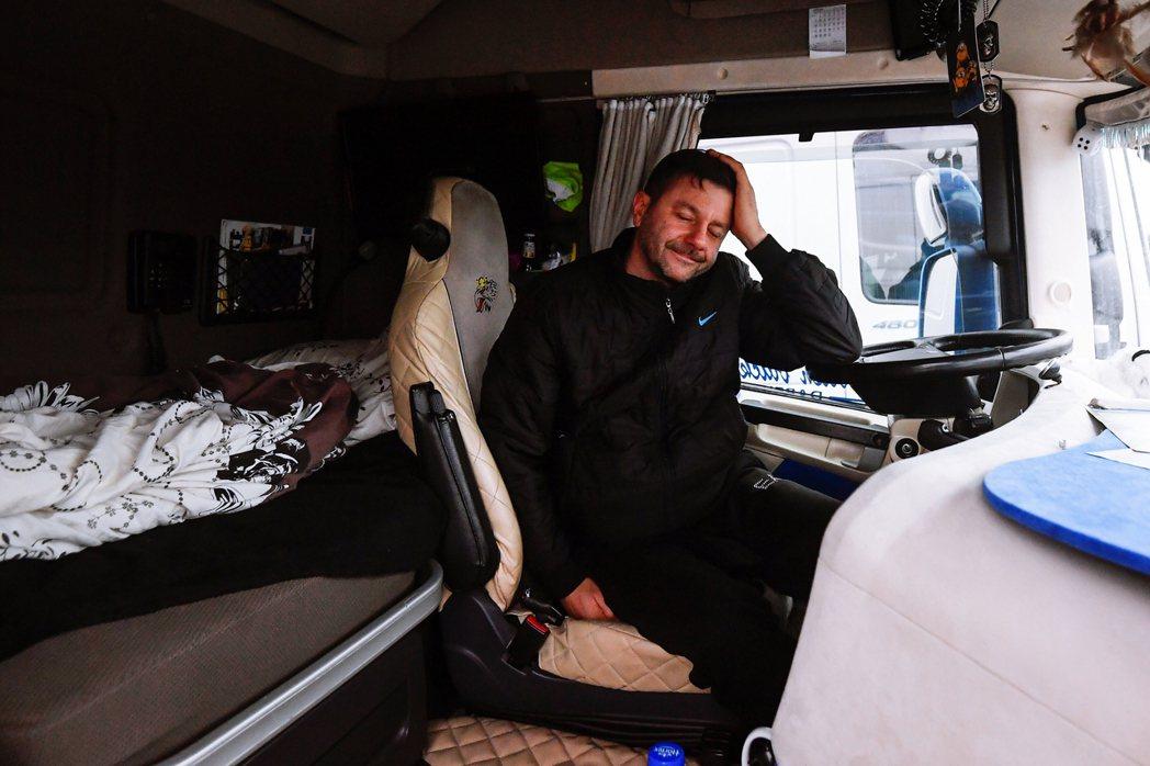 數千名又餓又累、又冷又火大的卡車司機暫時休息,等待未知的邊境重啟。 圖/路透社
