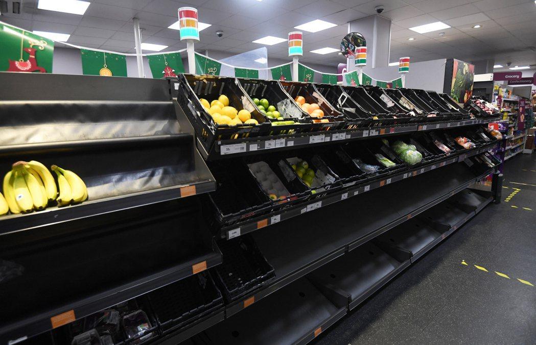 英國各地超市也出現了生鮮蔬果大斷貨的恐慌性反應。在法國封鎖後的12小時內,英國各...