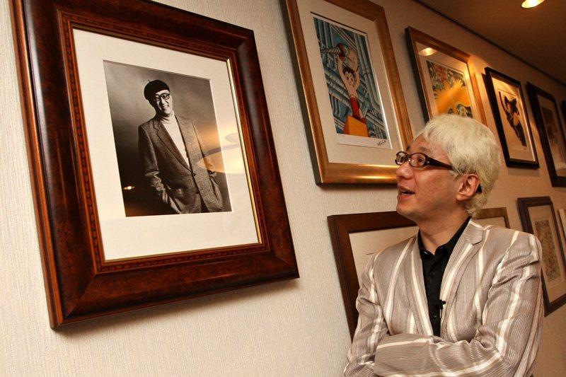 手塚真將父親手塚治虫的漫畫作品《迷幻少女》翻拍為真人電影。圖為手塚真與父親照片,攝於2011年。 圖/聯合報系資料照