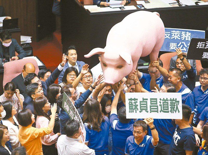 立法院會24日將表決萊豬進口等9項行政命令,行政院長蘇貞昌昨日中午邀綠委便當會,會後黨團表示將會一致投票。圖為日前朝野為開放萊豬在院會爆發衝突。 圖/聯合報系資料照片