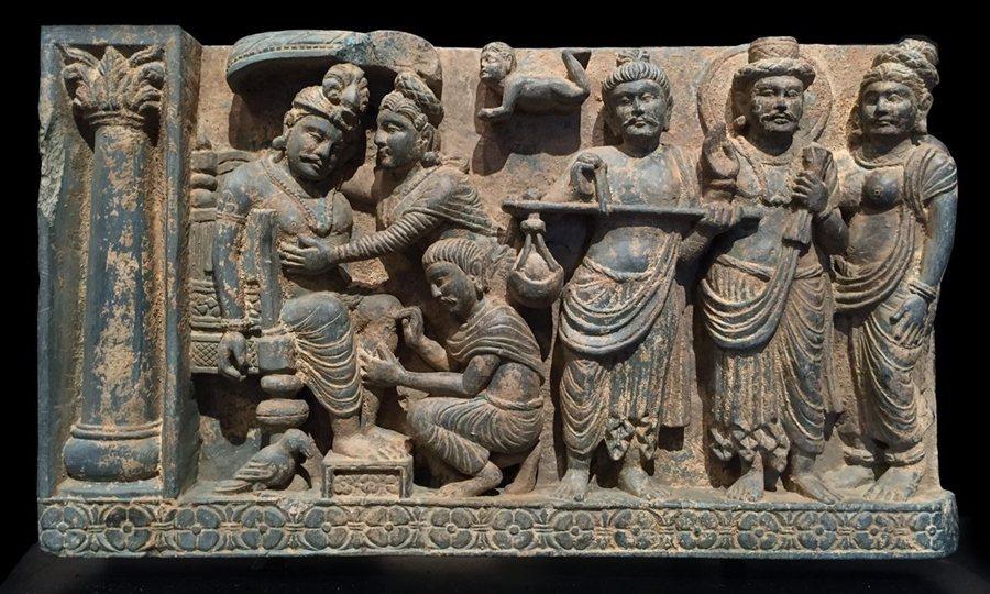 犍陀羅時期「割肉餵鷹」石雕,典藏於大英博物館。 圖/維基共享