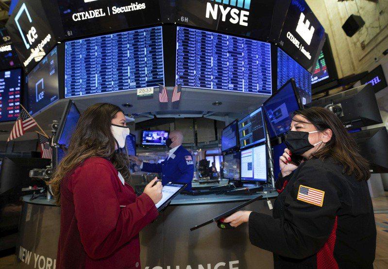 美國兩黨針對新刺激方案持續拉鋸,影響股市表現上下起伏,但市場情緒整體仍偏正向。圖為美股示意圖。美聯社