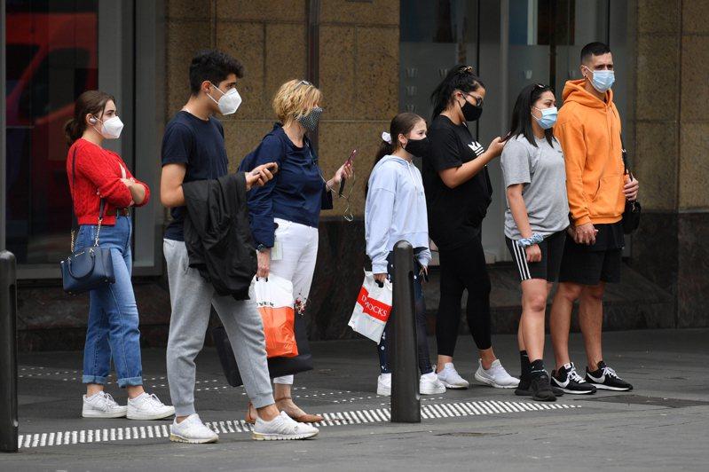 澳洲有關單位實施斷然防疫封城及當地居民湧入檢測中心的人數創下新高後,雪梨的2019冠狀病毒疾病(COVID-19)新增確診病例連兩天遞減,但官員警告疫情仍在「演變」。 歐新社