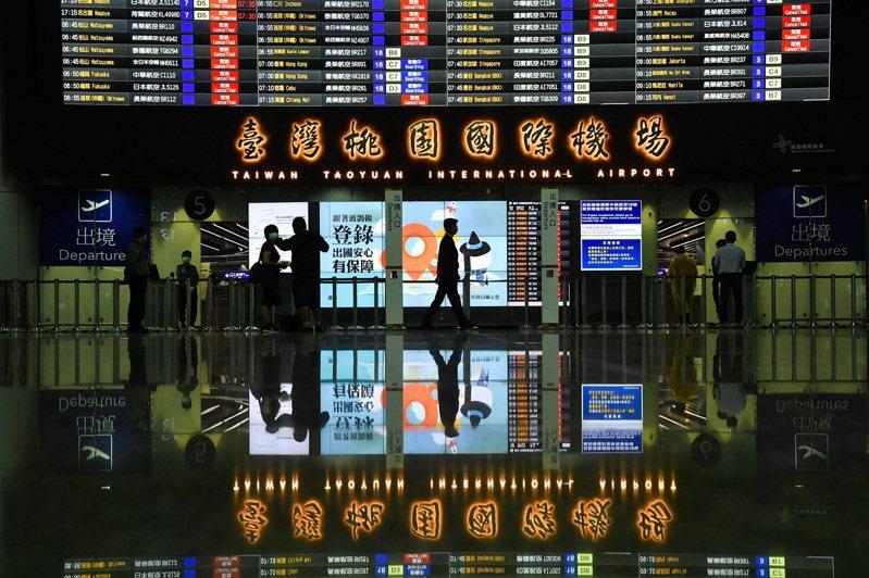 英國出現變種病毒,疫情升溫,中央流行疫情指揮中心今(22日)宣布往返倫敦客機航班減半。中央社