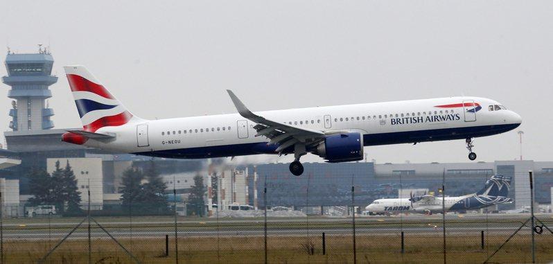 航空公司人員和官員透露,美國政府考慮要求所有從英國來的旅客,必須附上登機前72小時內篩檢呈陰性反應的證明,才能入境美國。圖為英國航空(British Airways)班機。 歐新社