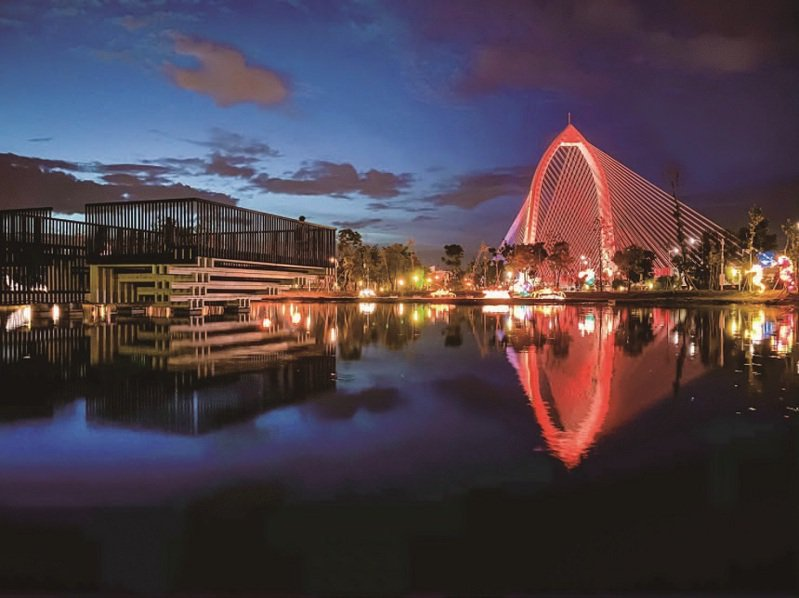 夜晚的談論體驗區、抹茶湖和科湳愛琴橋在燈光照射下交織出璨爛景色。 (台中市政府提供)