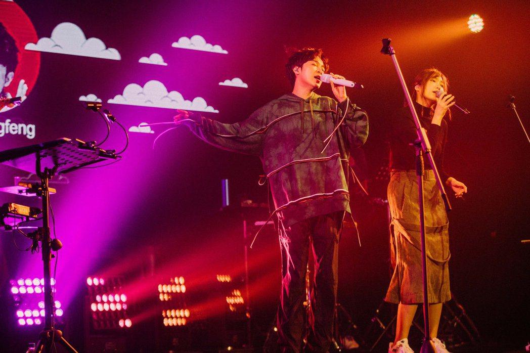 吳青峰(左)在演唱會上與黃玠瑋合唱「別找我麻煩」。圖/環球音樂提供