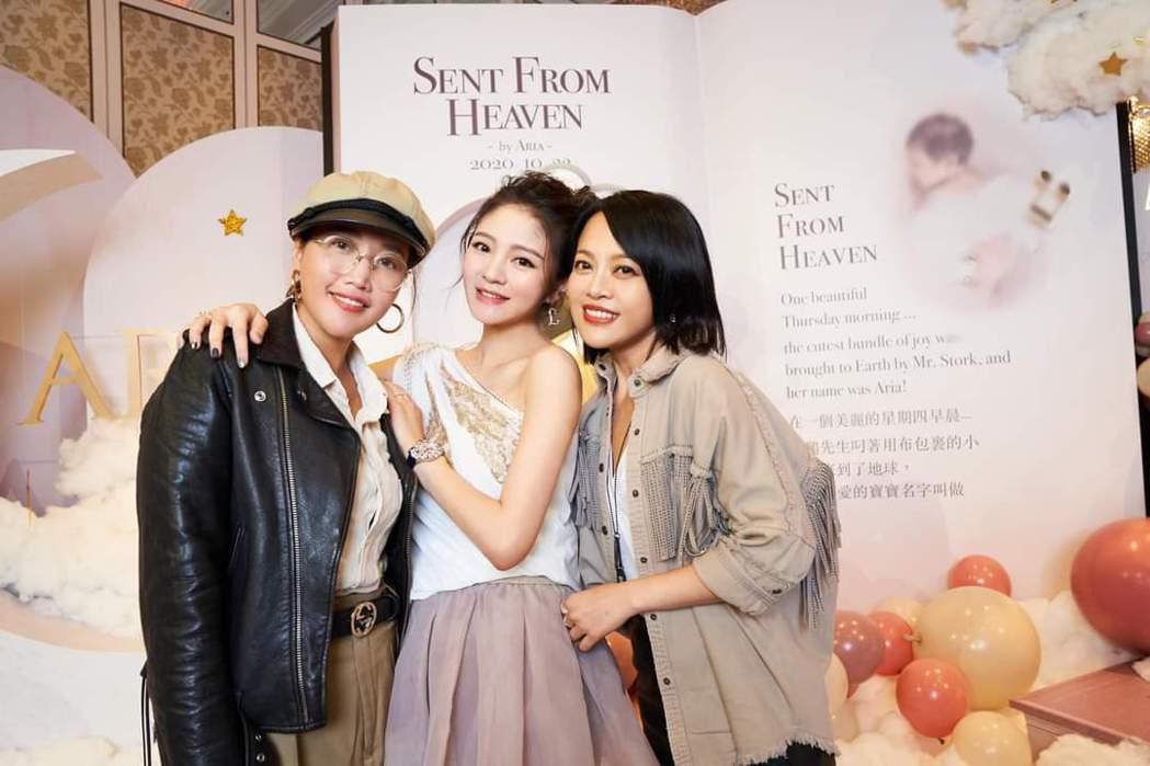 戴愛玲(右)、A-Lin(左)出席安以軒為女兒辦的派對。圖/摘自臉書