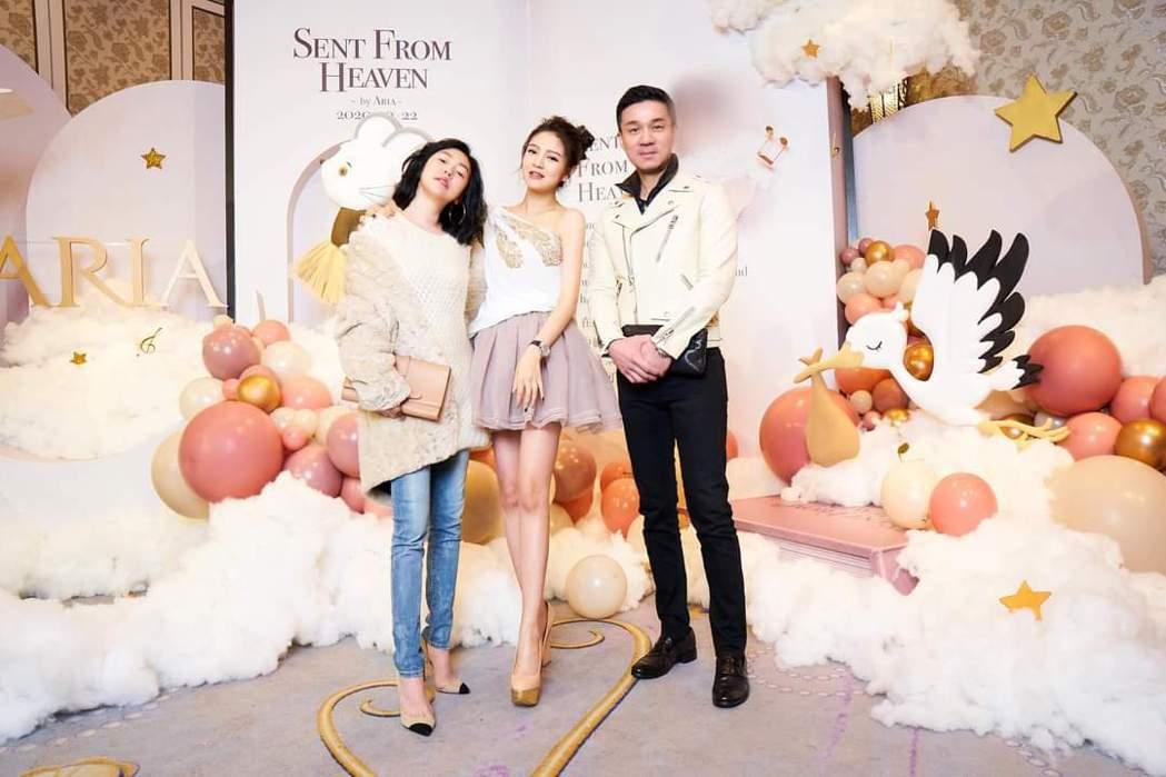 小S(左)夫妻出席安以軒女兒派對。圖/摘自臉書
