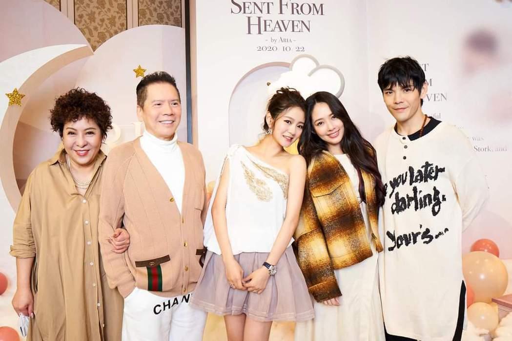 向華強(左二)一家人出席安以軒女兒派對。圖/摘自臉書