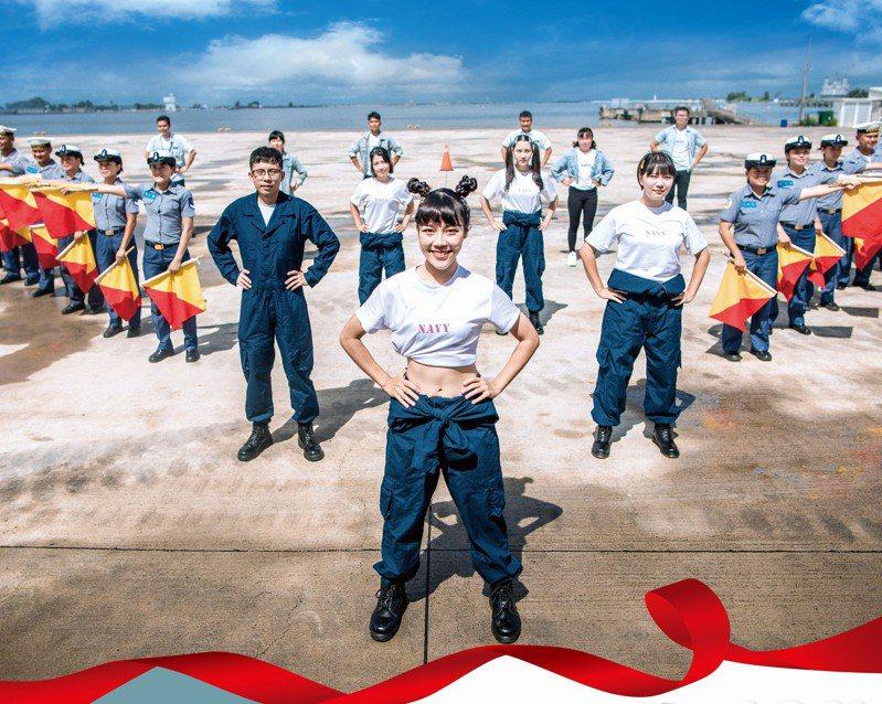 國軍110年形象月曆七月份主角海軍反潛航空大隊陳以欣上士。圖/國防部提供