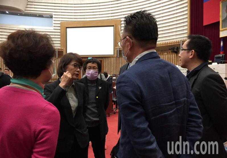 高雄市議會定期會上午再流會,議長曾麗燕(左二)表示明年1月間會開臨時會。記者楊濡嘉/攝影